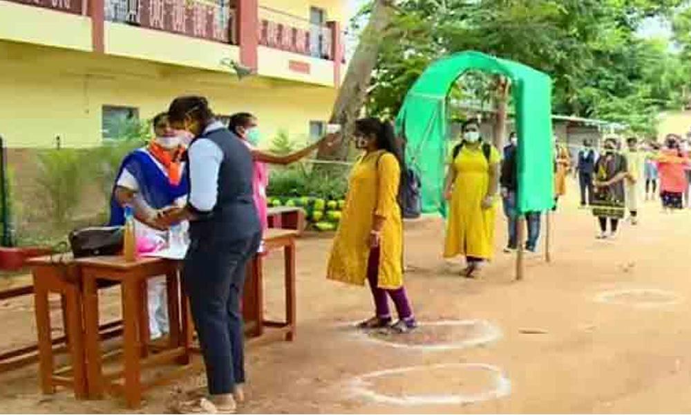 SSLC Exam 2021; ಸುಗಮವಾಗಿ ಆರಂಭವಾದ ಎಸ್ಎಸ್ಎಲ್ಸಿ ಪರೀಕ್ಷೆ, ಪರೀಕ್ಷಾ ಕೇಂದ್ರಗಳತ್ತ ಶಿಕ್ಷಣ ಸಚಿವರ ರೌಂಡ್ಸ್